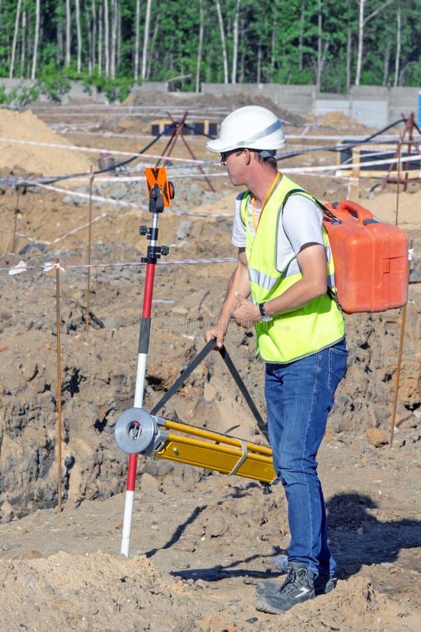 测量员执行区域的地形学勘测地籍图的 库存照片