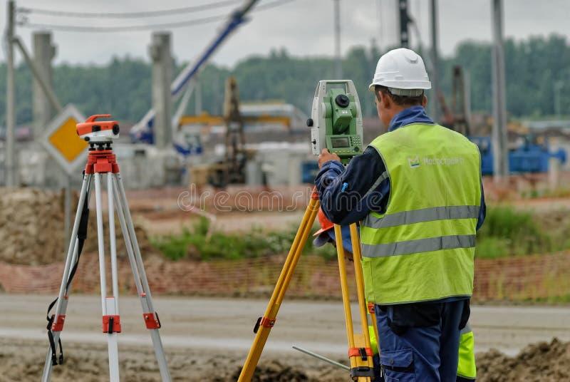 测量员有经纬仪的建造者工作者 免版税库存照片