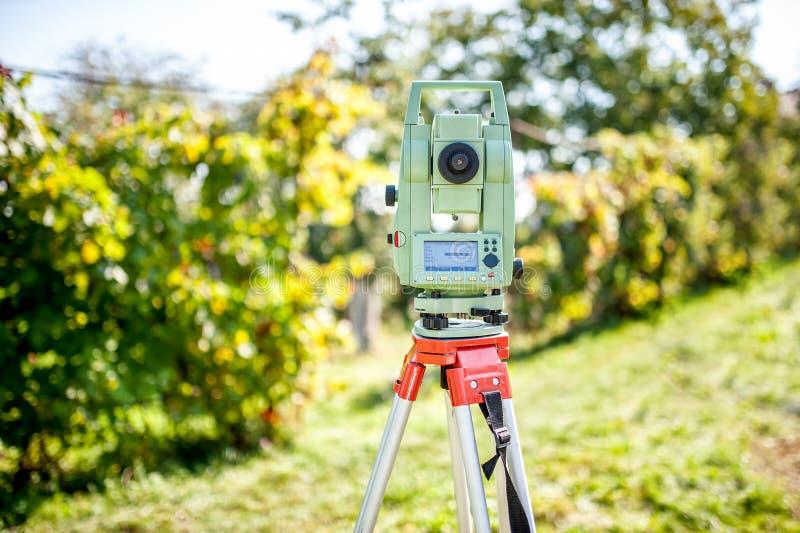测量员有经纬仪和总驻地的工程学设备 免版税库存照片