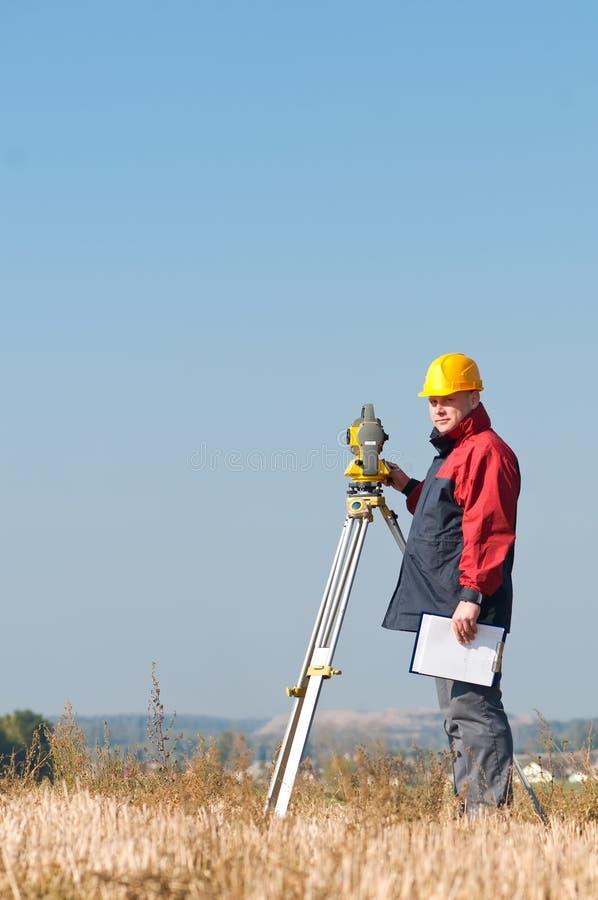 测量员经纬仪工作 图库摄影