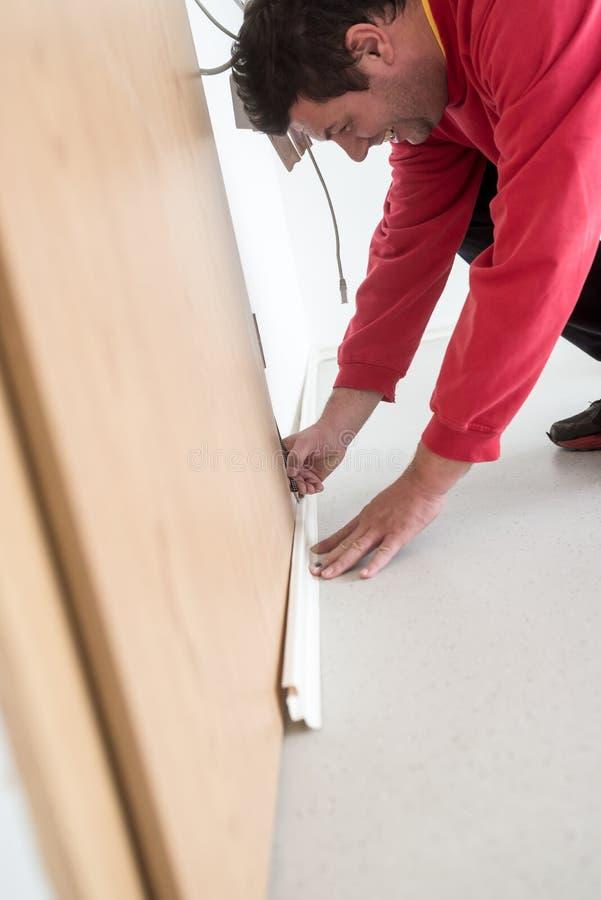 测量在哪里的建造者切开 免版税库存图片