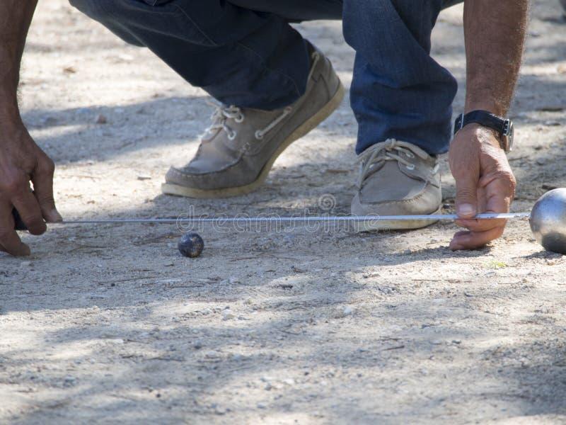 测量在Pétanque比赛的距离,法国 库存图片