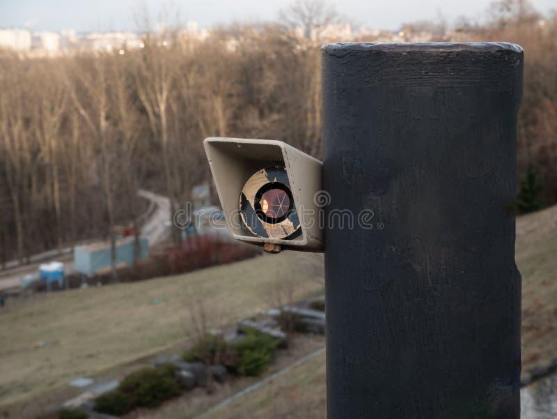 测量学的现代设备-玻璃镜子测量的距离的棱镜反射器 免版税库存图片