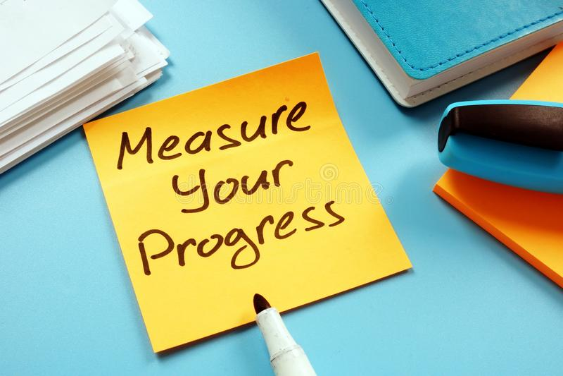 测量您的进展达到目标 备忘录和标志 免版税库存图片
