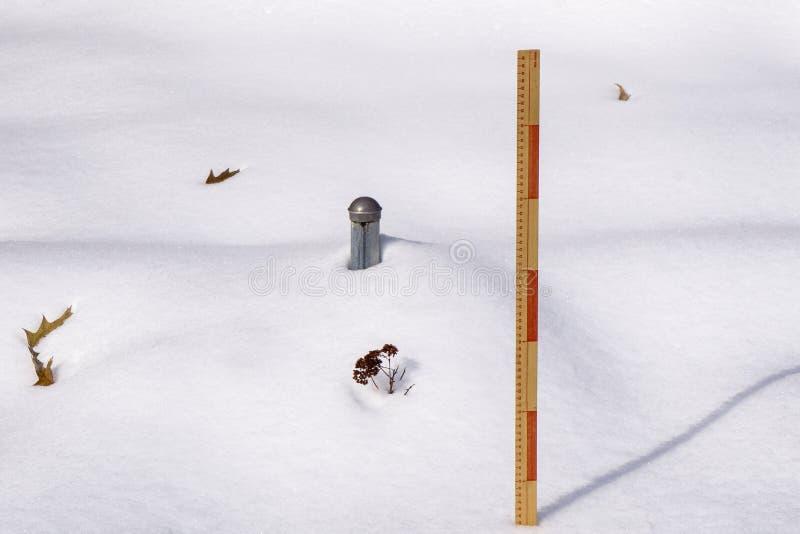 测量的冬天降雪- 2 图库摄影