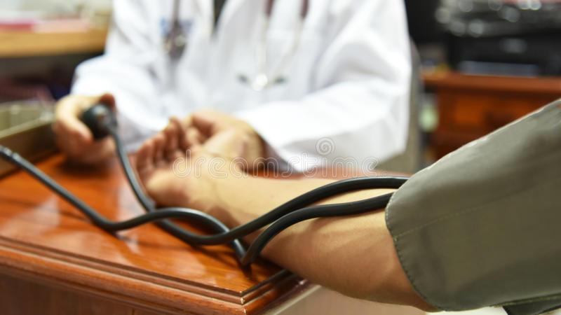 测量的血压特写镜头由医生的 图库摄影