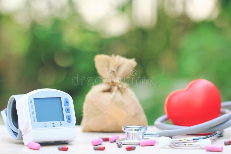 测量的血压的医疗在绿色背景、医疗费用和健康的tonometer与听诊器和红心 图库摄影