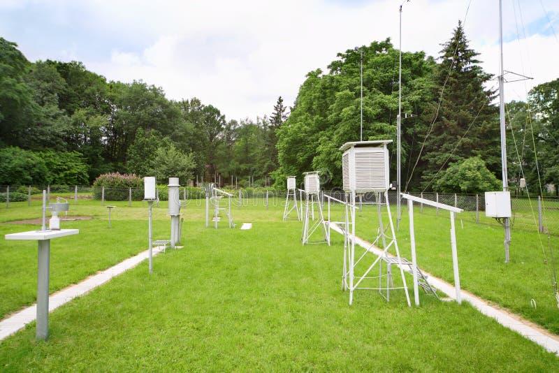 测量的风速,在气象台的降雨量设备 免版税库存照片