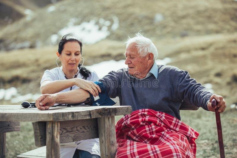 测量老耐心` s血压的SNurse 库存图片