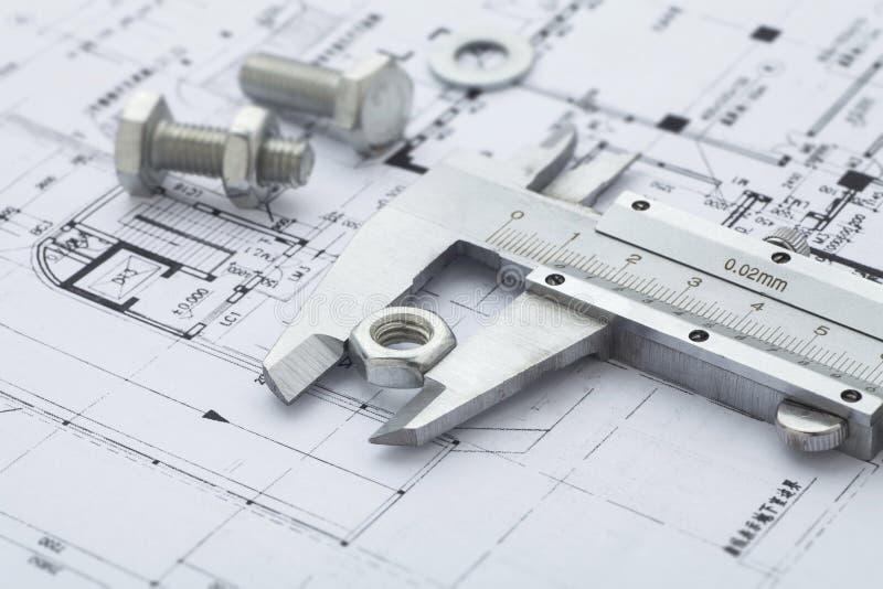测量金属坚果的游标卡尺 免版税库存图片