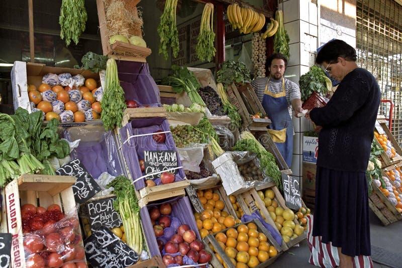 经济、五颜六色的水果和蔬菜商店 免版税库存图片