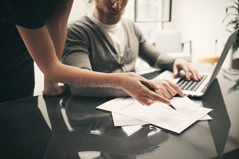 经济情况,签合同 工作有新的企业项目的帐户经理现代办公室 膝上型计算机使用 库存图片