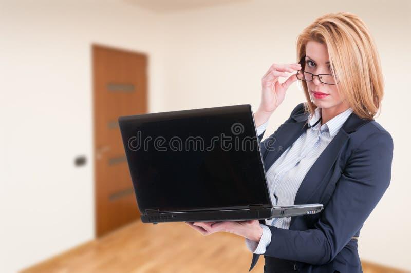 浏览在膝上型计算机的可爱的女性代理 库存照片