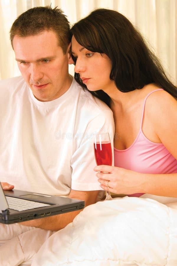 浏览夫妇互联网 免版税库存图片