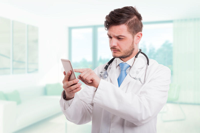 浏览某事在智能手机的现代医生 库存图片