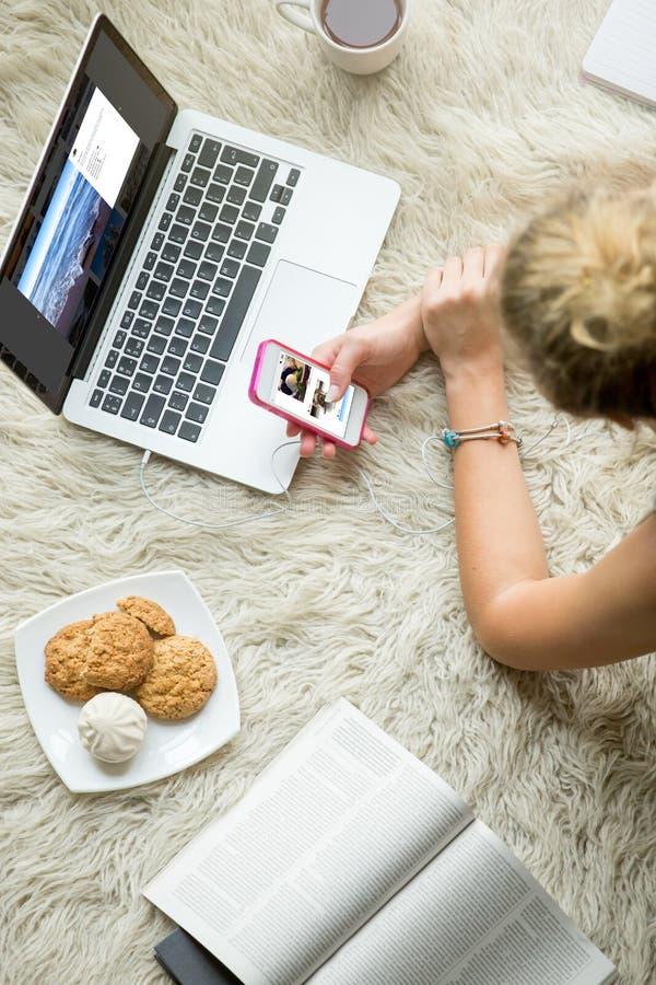 浏览社会媒介的少妇 免版税库存照片