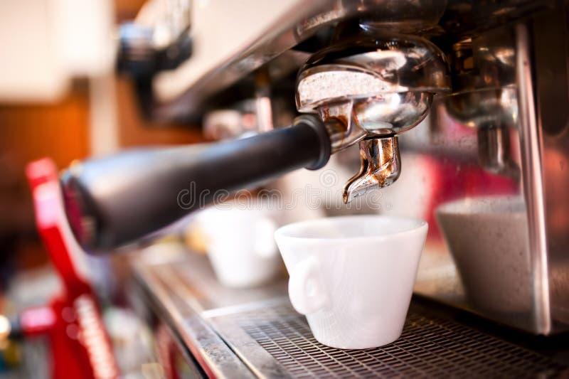 浓咖啡制造商用咖啡和杯子 图库摄影
