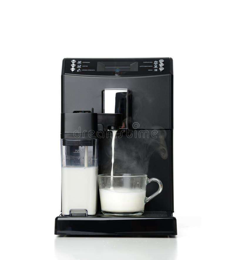 浓咖啡和americano咖啡加工拿铁或热奶咖啡准备过程的制造商通入蒸汽的牛奶 免版税库存照片