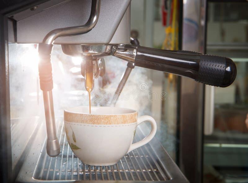 浓咖啡射击有过滤器的咖啡机器做咖啡流动的int 库存图片