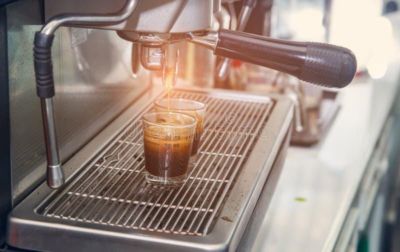 浓咖啡有过滤器的咖啡机器做流动的咖啡成a.c. 库存照片