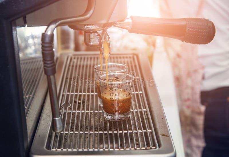 浓咖啡有过滤器的咖啡机器做流动的咖啡成a.c. 免版税图库摄影