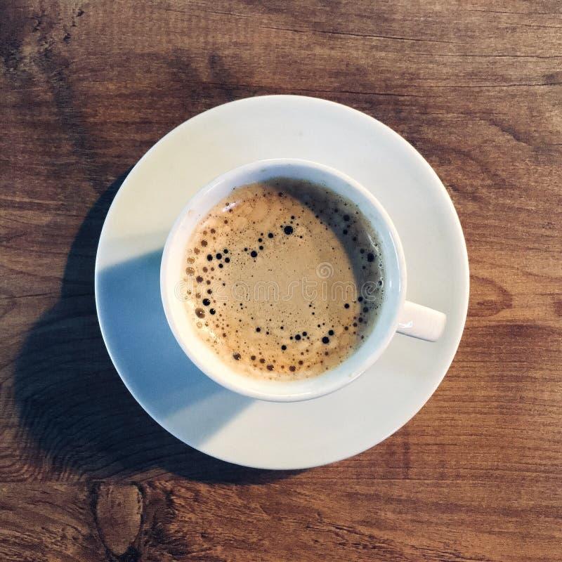 浓咖啡 在白色杯子的咖啡 库存图片