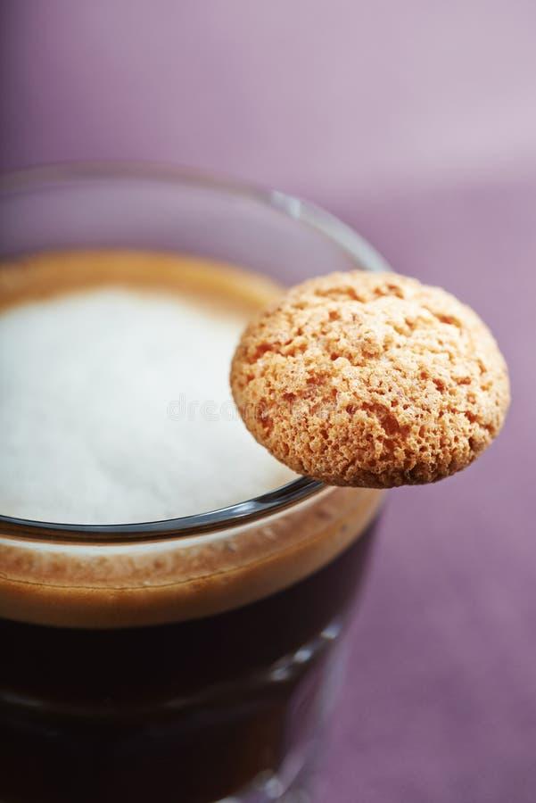 浓咖啡macchiato的Glas用曲奇饼 关闭 库存图片