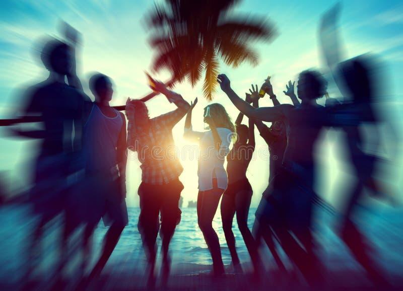浓缩舞会享受幸福庆祝室外的海滩 库存照片