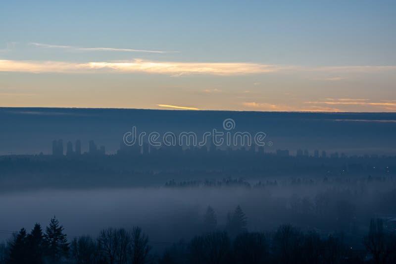 浓雾笼罩的Metrotown上空晴朗 库存图片