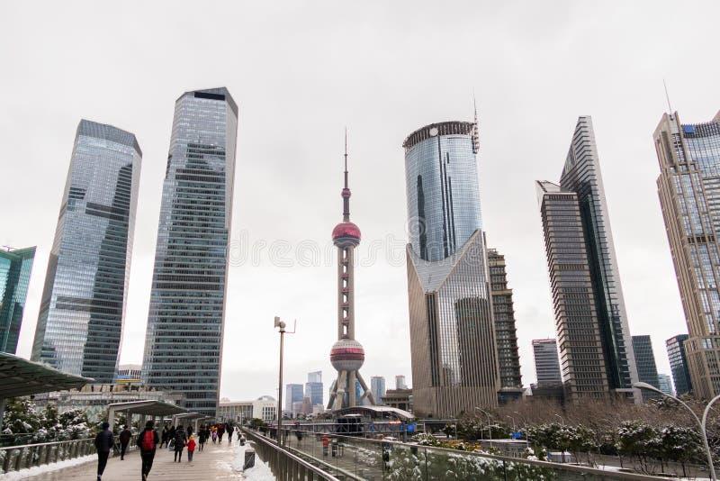 浦东地区的摩天大楼反对cloudly天空的 从人们走的步行桥的看法 免版税库存照片
