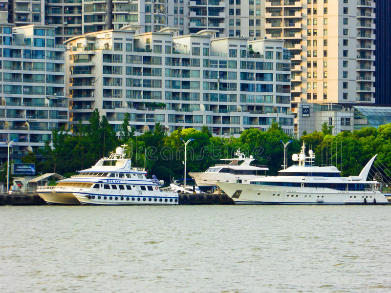 黄浦江观光的小船在上海 免版税库存图片