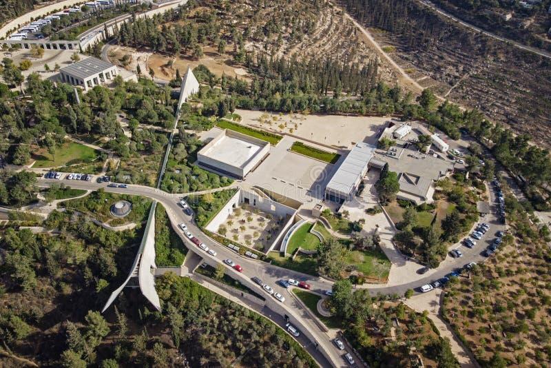 浩劫纪念博物馆和毗邻疆土的空中vew在耶路撒冷郊区 在以色列犹太大屠杀纪念馆的顶视图山坡的 库存图片