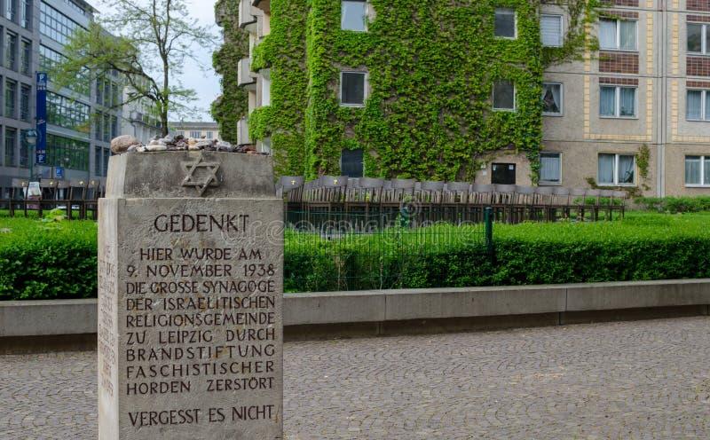 浩劫纪念品在莱比锡,德国 大犹太会堂的纪念品 安置140把古铜色椅子犹太教堂一次的地方 免版税库存照片