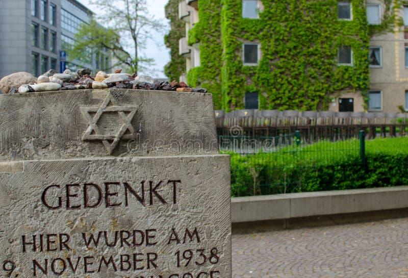 浩劫纪念品在莱比锡,德国 大犹太会堂的纪念品 安置140把古铜色椅子犹太教堂一次的地方 库存照片