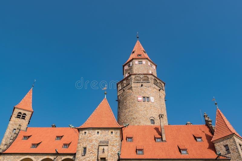 浪漫中世纪城堡'Bouzov'捷克和背景天空蔚蓝 库存照片