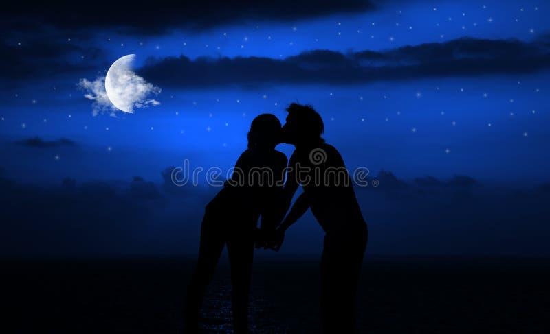 浪漫亲吻的晚上 免版税库存照片
