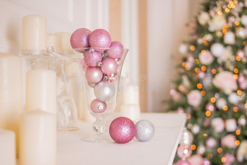 浪漫假日室内设计、传统圣诞树、白色蜡烛、豪华银和桃红色球照片  库存图片