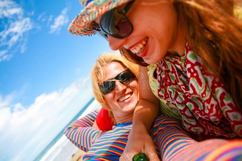 浪漫加上在五颜六色的享受在太阳的成套装备和太阳镜的愉快的笑容假日 免版税库存照片