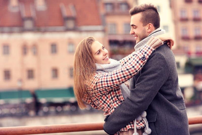 浪漫夫妇在一个日期在城市 库存照片