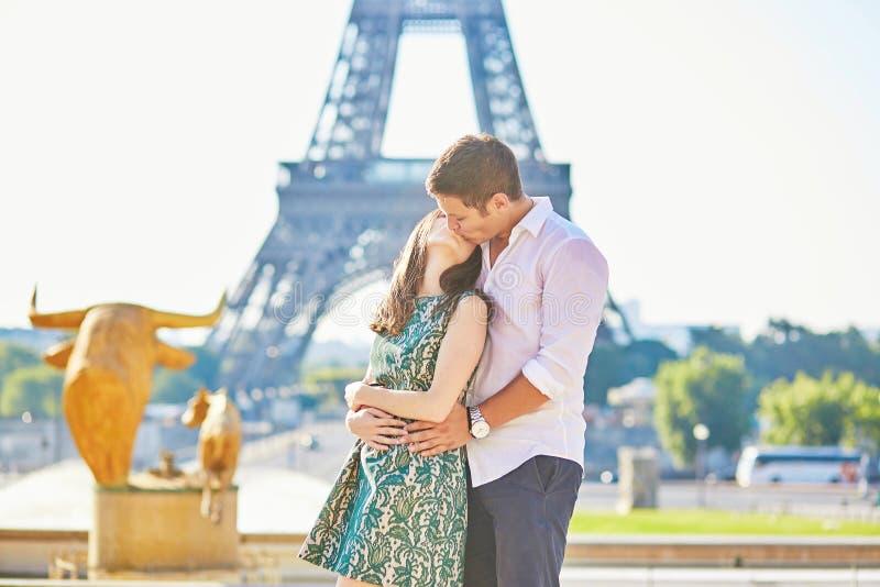 年轻浪漫夫妇在埃佛尔铁塔附近的巴黎 免版税图库摄影