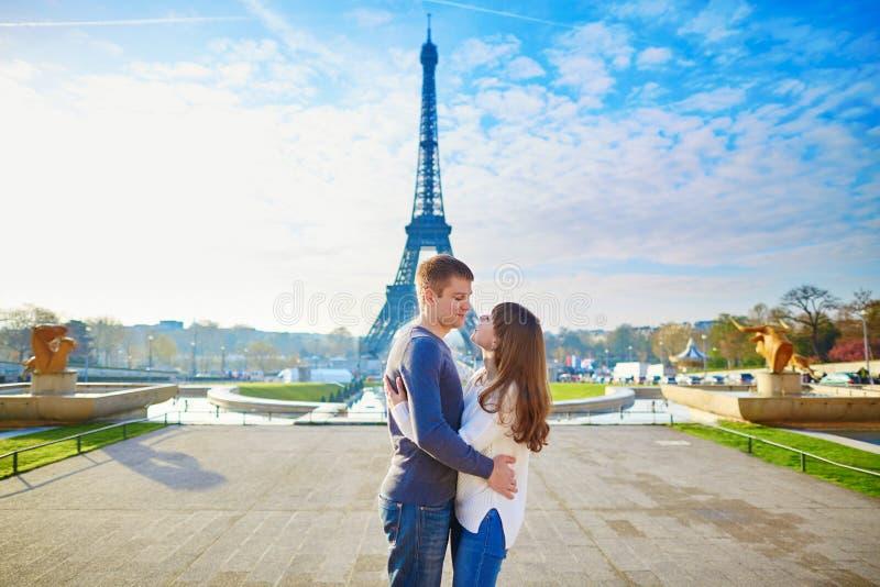年轻浪漫夫妇在巴黎 免版税库存图片