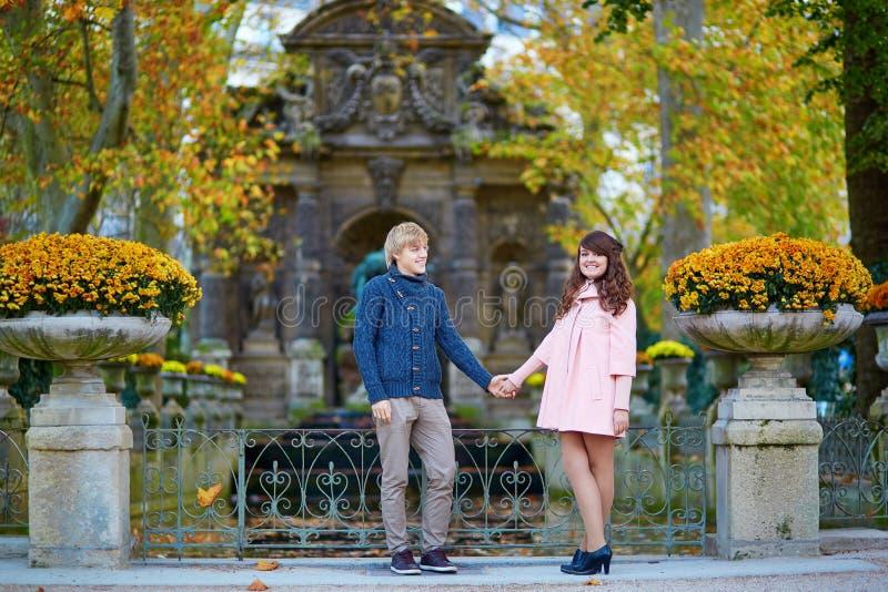 年轻浪漫夫妇在巴黎 库存图片