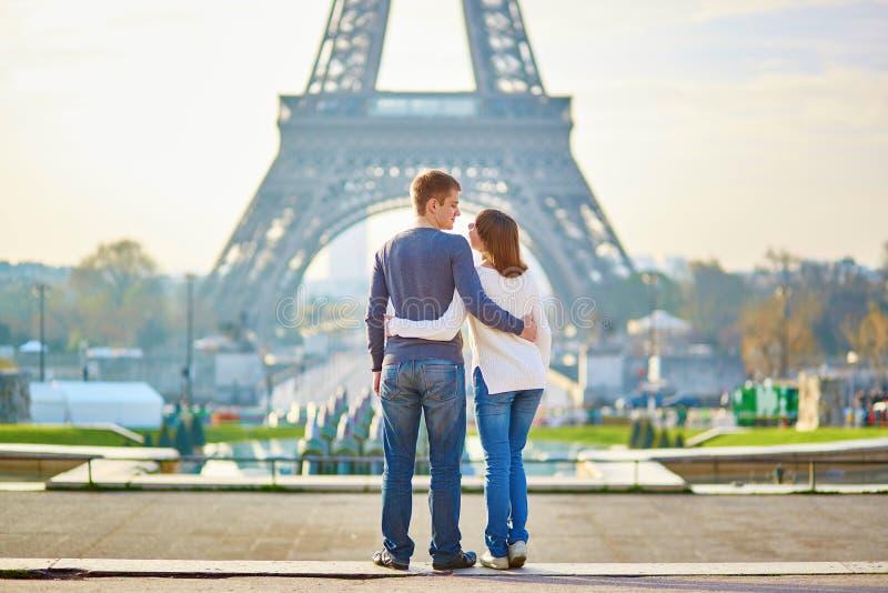 年轻浪漫夫妇在巴黎 库存照片