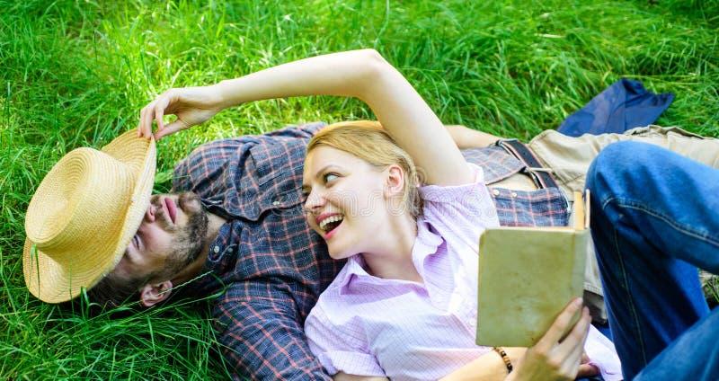 浪漫夫妇家庭享受休闲有诗歌或文学草背景 夫妇知己在浪漫日期 人 图库摄影