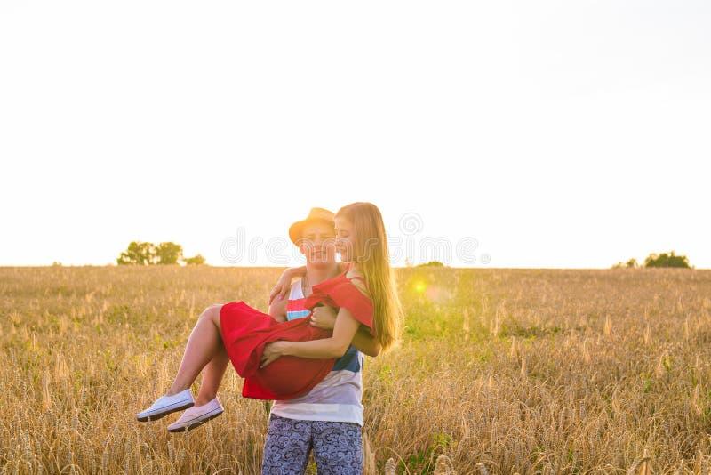 浪漫夫妇容忍画象在领域的 免版税图库摄影