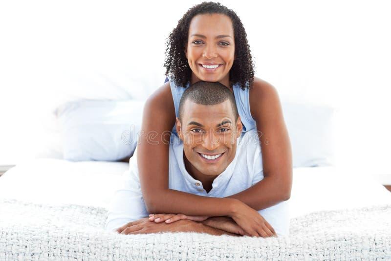 浪漫夫妇拥抱的纵向 免版税图库摄影