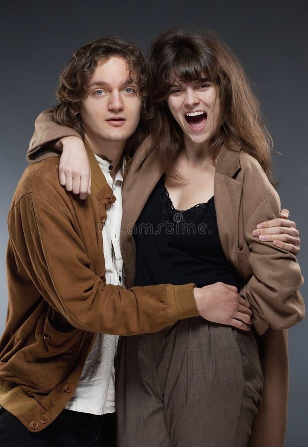 年轻浪漫夫妇拥抱 库存图片