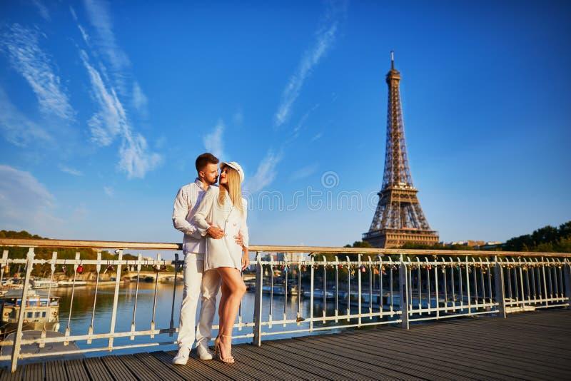 浪漫夫妇有日期在埃佛尔铁塔附近 免版税库存图片