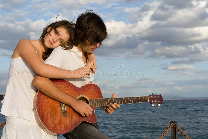 浪漫夫妇的吉他 免版税图库摄影