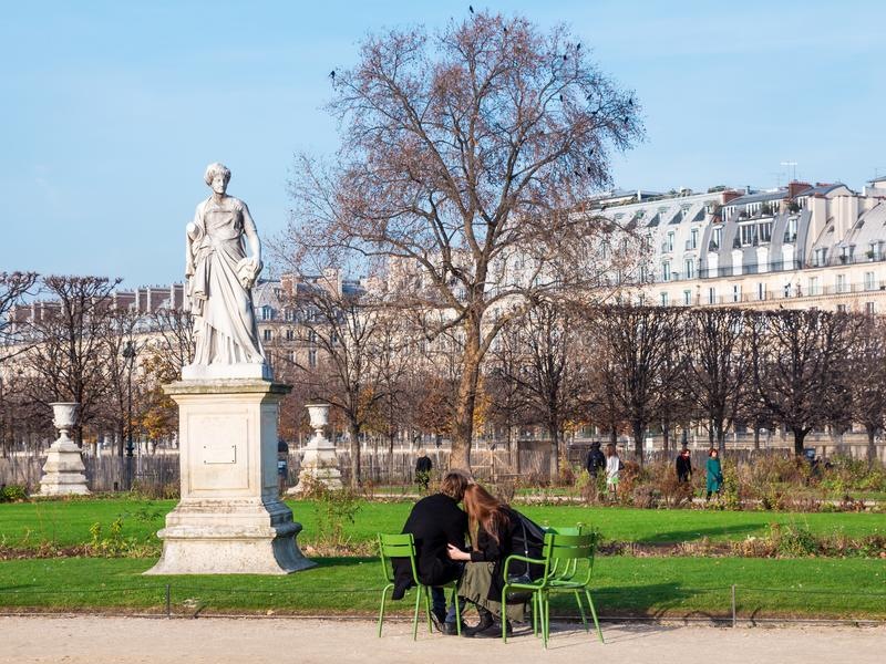 浪漫夫妇看对雕塑在Tuileries庭院巴黎里 免版税库存图片